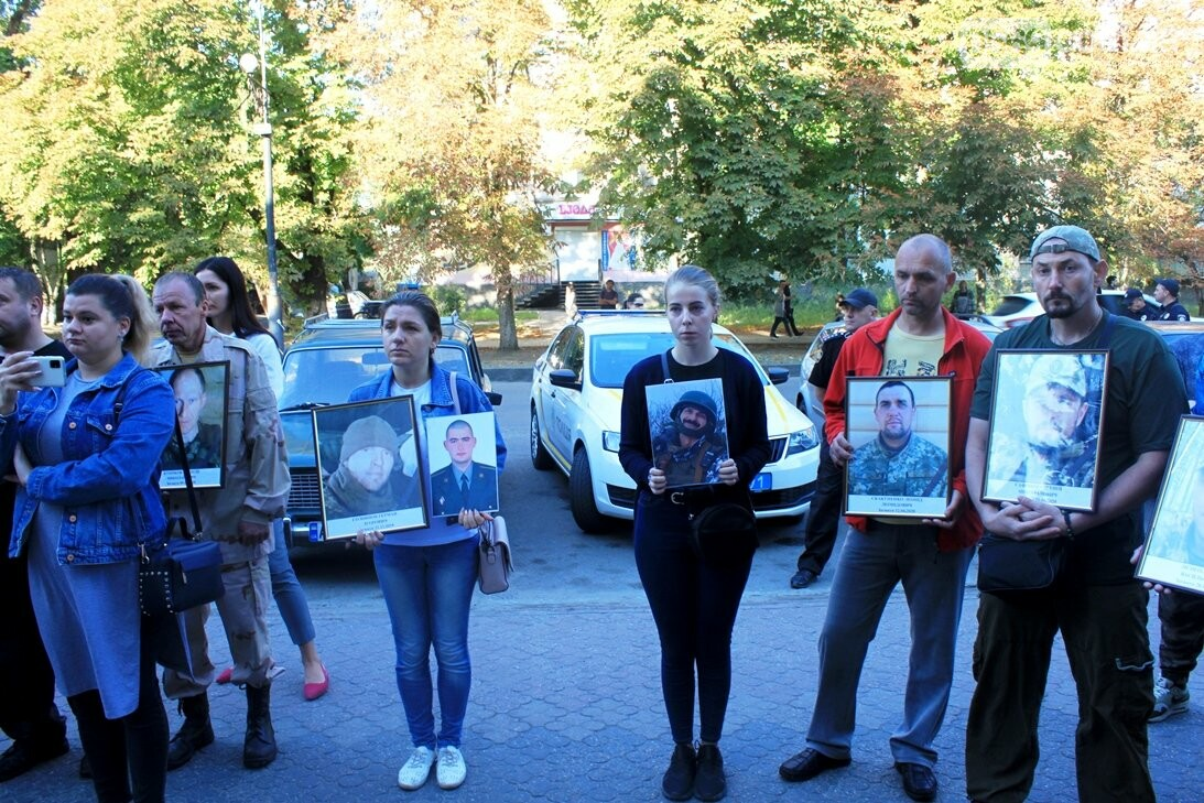 Ветерани АТО/ООС та родини загиблих Героїв  Новомосковщини провели акцію біля мерії міста: ФОТО , фото-15