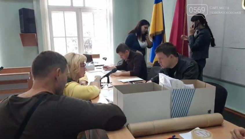 Новомосковська виборча комісія продовжує обробляти виборчу документацію, фото-1