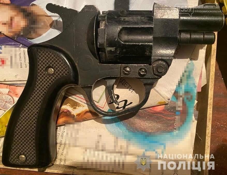 У Новомосковську під час обшуку поліцейські вилучили наркотики та зброю, фото-2