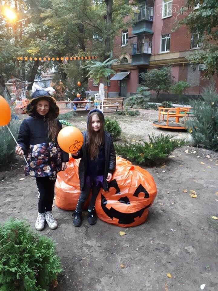 Мешканці одного з будинків центру Новомосковська влаштували у своєму дворику свято Хелловін: ФОТО, фото-4