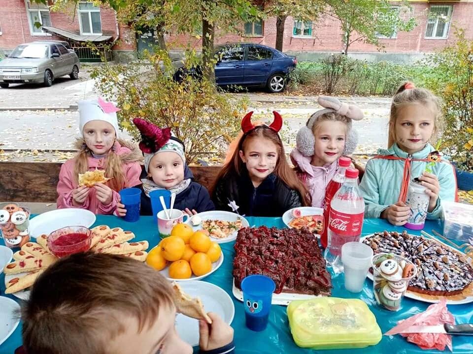 Мешканці одного з будинків центру Новомосковська влаштували у своєму дворику свято Хелловін: ФОТО, фото-3