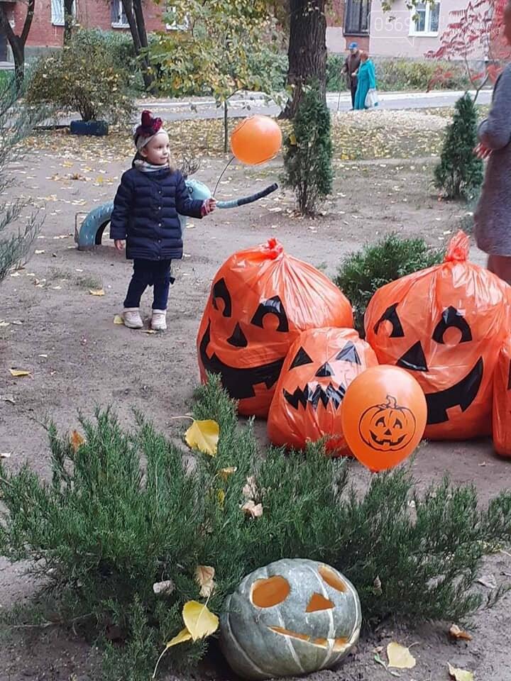 Мешканці одного з будинків центру Новомосковська влаштували у своєму дворику свято Хелловін: ФОТО, фото-1
