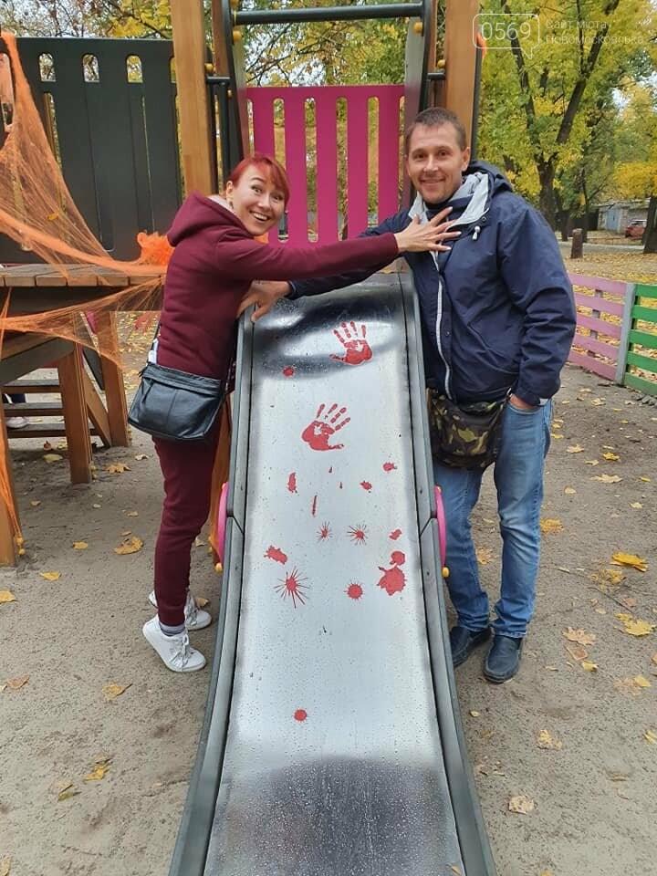Мешканці одного з будинків центру Новомосковська влаштували у своєму дворику свято Хелловін: ФОТО, фото-9