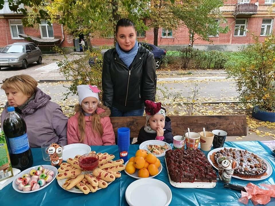 Мешканці одного з будинків центру Новомосковська влаштували у своєму дворику свято Хелловін: ФОТО, фото-6