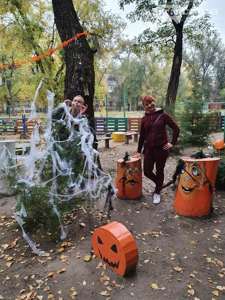 Мешканці одного з будинків центру Новомосковська влаштували у своєму дворику свято Хелловін: ФОТО, фото-11