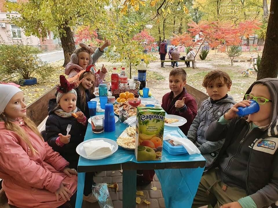 Мешканці одного з будинків центру Новомосковська влаштували у своєму дворику свято Хелловін: ФОТО, фото-14