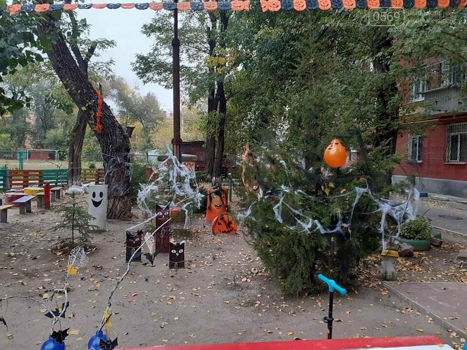 Мешканці одного з будинків центру Новомосковська влаштували у своєму дворику свято Хелловін: ФОТО, фото-13