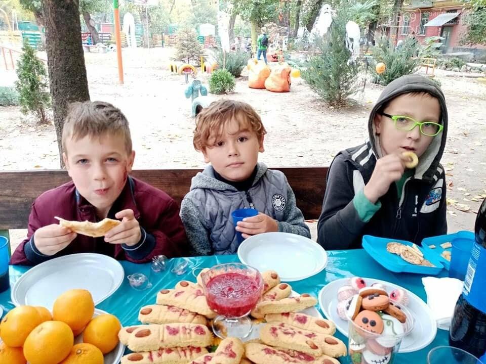 Мешканці одного з будинків центру Новомосковська влаштували у своєму дворику свято Хелловін: ФОТО, фото-16