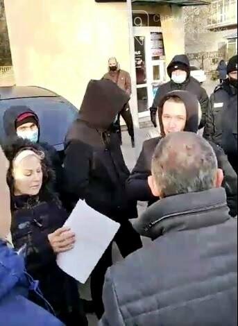 У Новомосковську мешканці однієї з багатоповерхівок чинили опір незаконним, на їх думку, забудовникам, фото-4