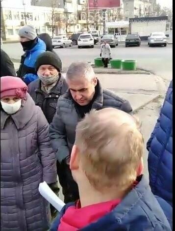 У Новомосковську мешканці однієї з багатоповерхівок чинили опір незаконним, на їх думку, забудовникам, фото-1