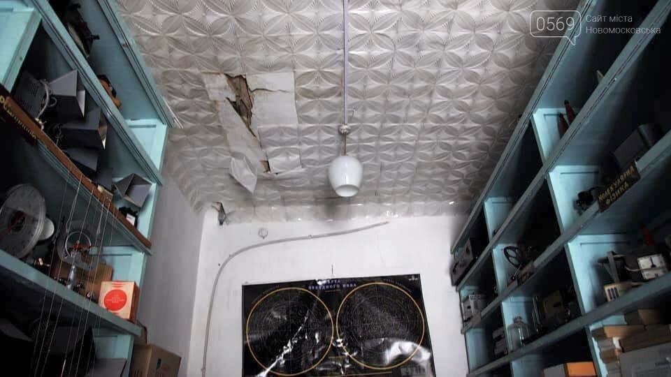 У Новомосковську після сильних опадів буквально залило водою дах та приміщення будівлі ЗОШ № 2, фото-1