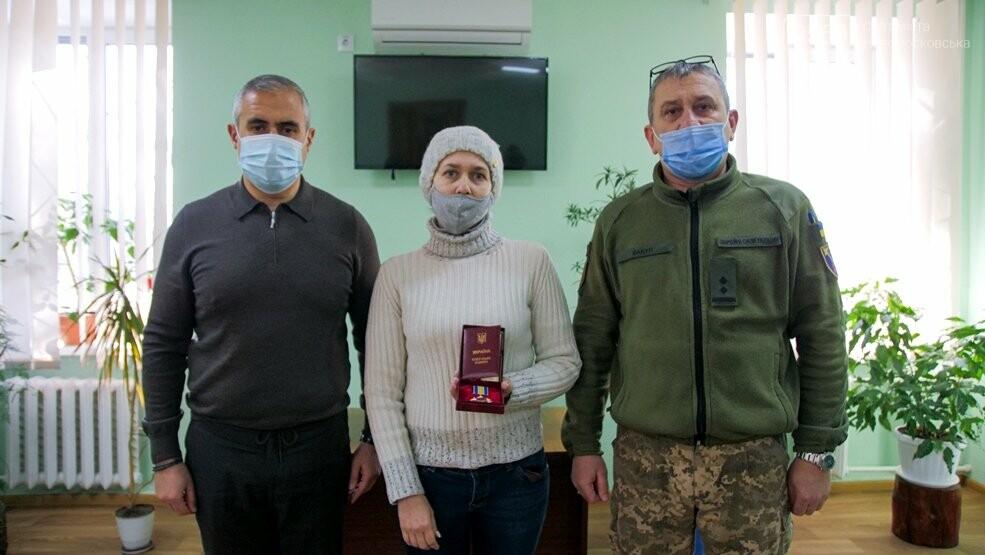 Вдова полеглого воїна 93-ї ОМБр отримала його посмертну нагороду, фото-3