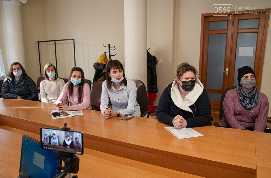 Батьки учнів школи Новомосковська, у якій тече нововідремонтований дах, прийшли на прийом до міського голови, фото-2