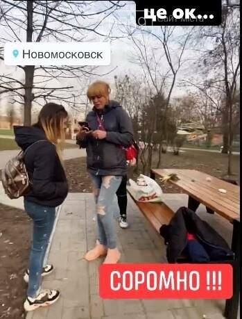Новомосковці в соцмережах вибухнули обуренням: дівиці в парку їли-гуляли й розкидали сміття поруч себе, фото-2