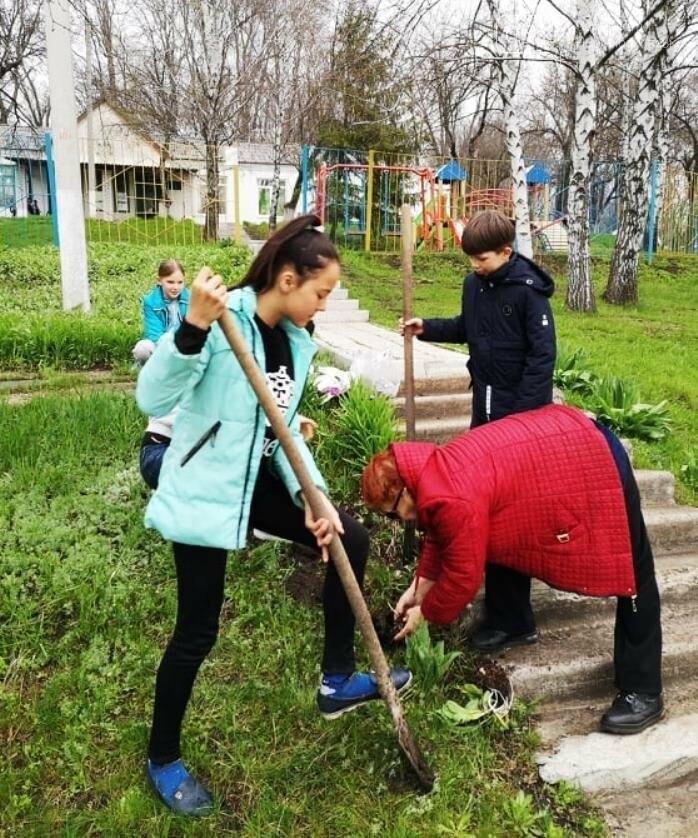 Учні школи, що в Андріївці Новомосковського району, навели лад біля свого навчального закладу , фото-1