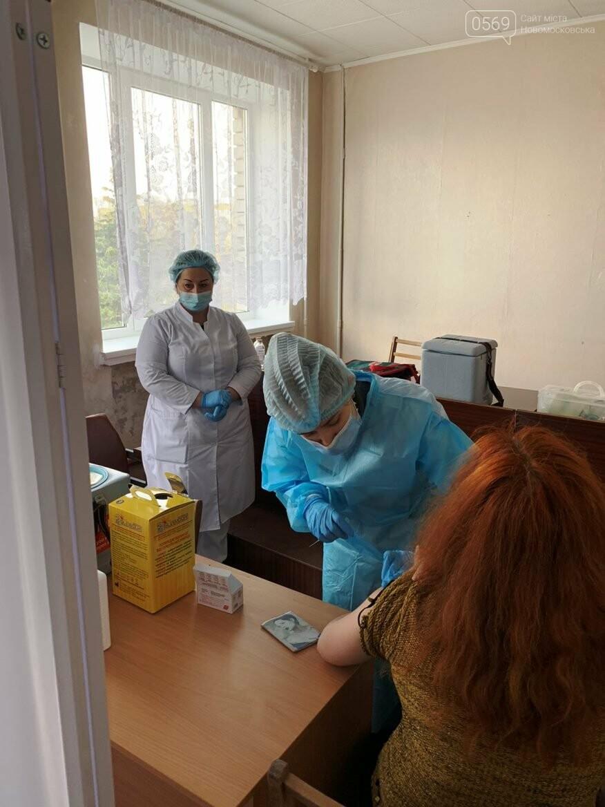 У Новомосковську наразі вакцинують освітян та літніх людей, фото-1