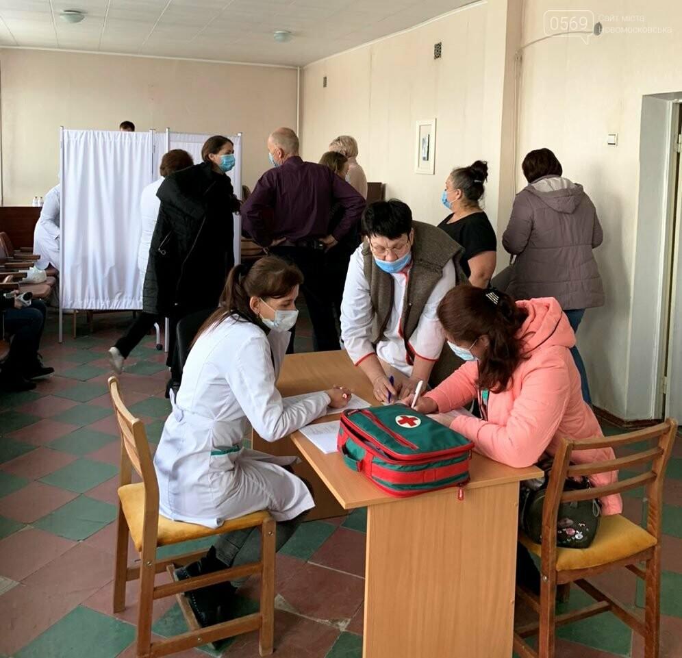 У Новомосковську наразі вакцинують освітян та літніх людей, фото-2