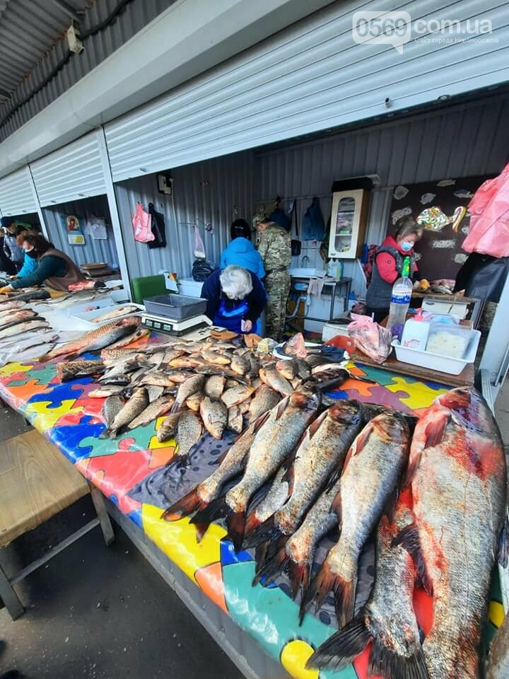 Продавців риби на центральному ринку Новомосковська перевірили на наявність дозвільних документів, фото-1