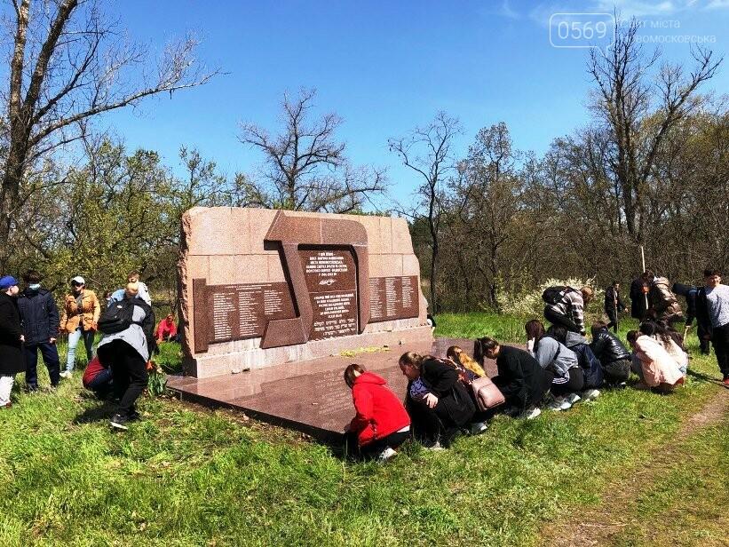 Студенти Коледжу економіки та права міста Новомосковська навели лад біля одного з меморіалів жертвам нацизма, фото-2