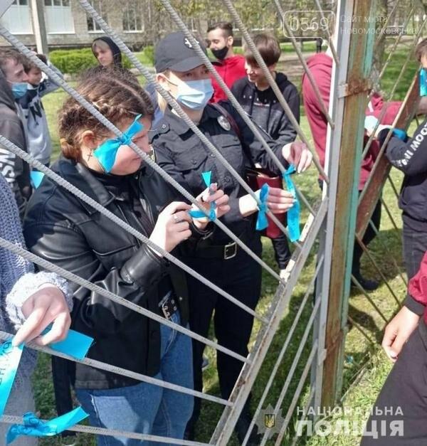 До Дня протидії булінгу поліцейські Новомосковського РВП разом з дітьми провели флешмоб, фото-2