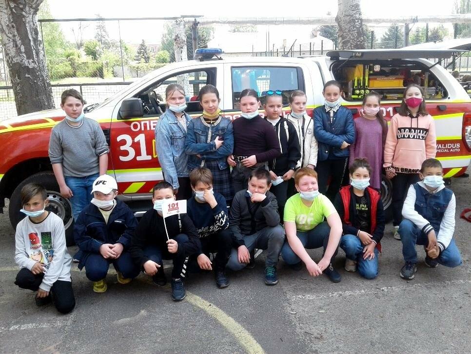 У Новомосковську вогнеборці місцевої частини провели спецнавчання з учнями однієї з шкіл міста, фото-3