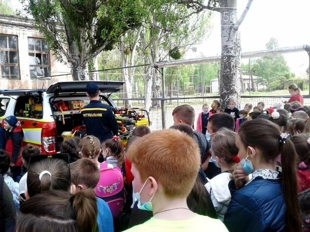 У Новомосковську вогнеборці місцевої частини провели спецнавчання з учнями однієї з шкіл міста, фото-2