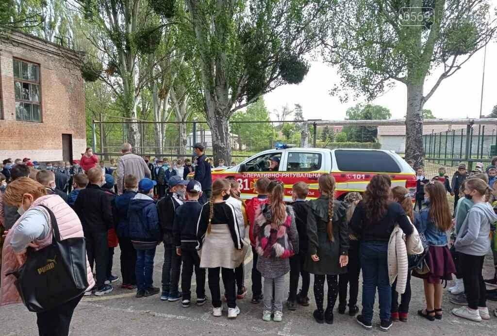 У Новомосковську вогнеборці місцевої частини провели спецнавчання з учнями однієї з шкіл міста, фото-1