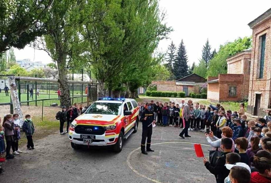 У Новомосковську вогнеборці місцевої частини провели спецнавчання з учнями однієї з шкіл міста, фото-5