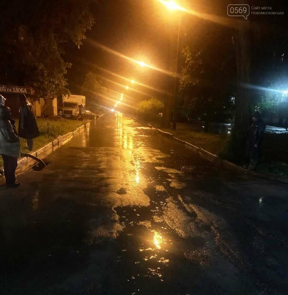 Комунальники три доби поспіль відкачували воду з вулиць Новомосковська, фото-3