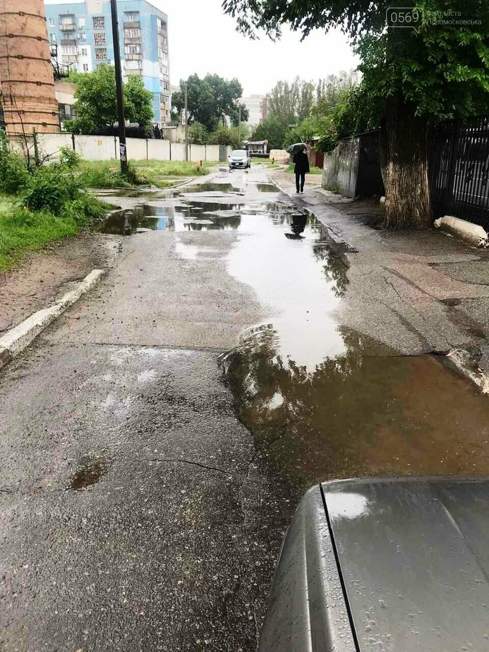 Комунальники три доби поспіль відкачували воду з вулиць Новомосковська, фото-1