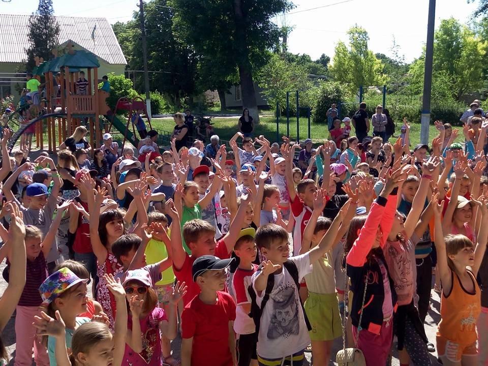 Ко Дню защиты детей команда Александра Вилкула подарила тысячам маленьких жителей Днепропетровщины веселые праздники (фото), фото-1